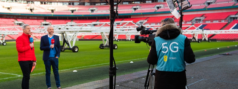 EE teams up with YouTube footballers for 5G